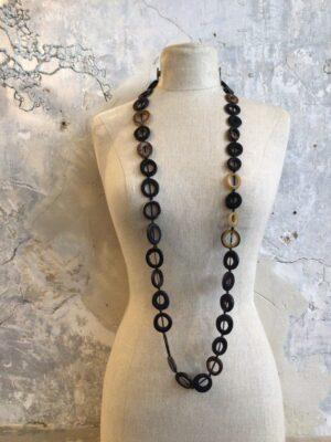 Lange halsketting in natuurlijke tinten van Rindu