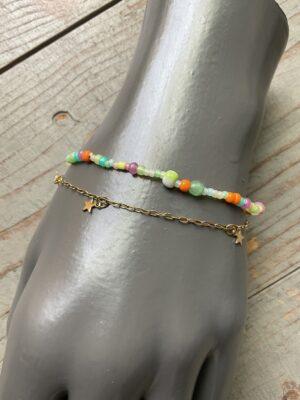 Dubbele armband met meerkleurige steentjes parels goudkleurig sterren