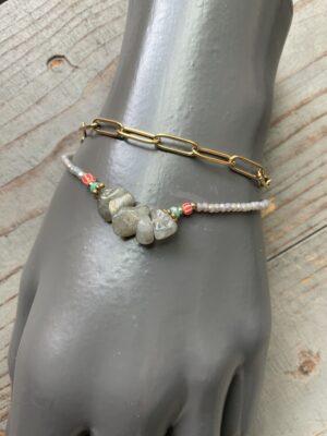 Dubbele armband met meerkleurige parels en labradoriet en goudkleurige schakels