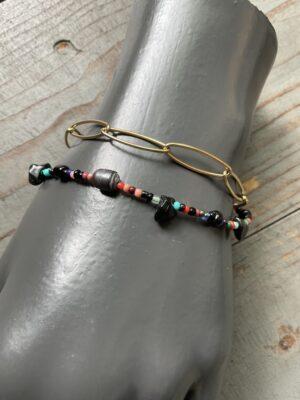 Dubbele armband met meerkleurige steentjes parels en goudkleurige schakels