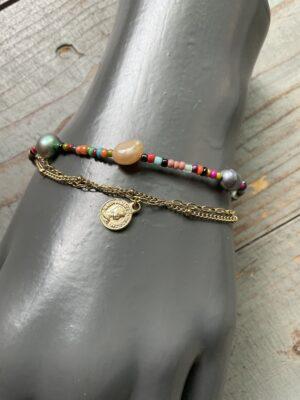 Dubbele armband met meerkleurige parels steentjes goudkleurige bedel