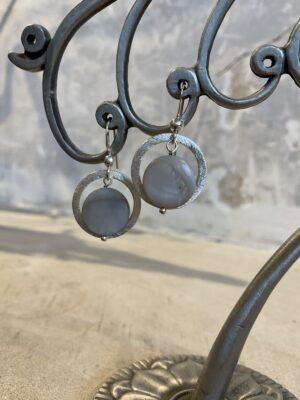 Zilveren oorbellen grijze steen Belgisch juwelenmerk Chapter 42